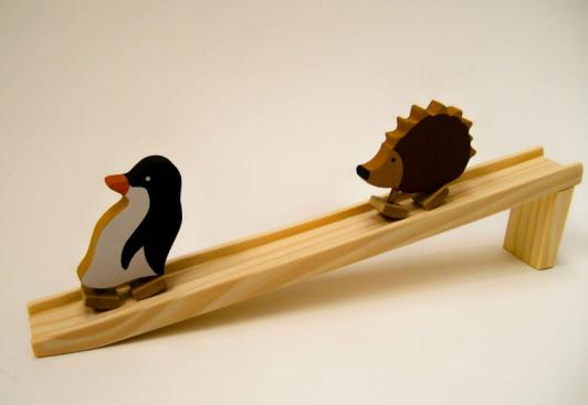 Pinguim com Rampa R$ 70,00 desce pela rampa em movimentos cadenciados, balançando o corpo, graças a um dispositivo de apoio alternado da base (patas),. Executado em pinus pintado com anilina, a rampa tem acabamento lixado. da Bohney brinquedos
